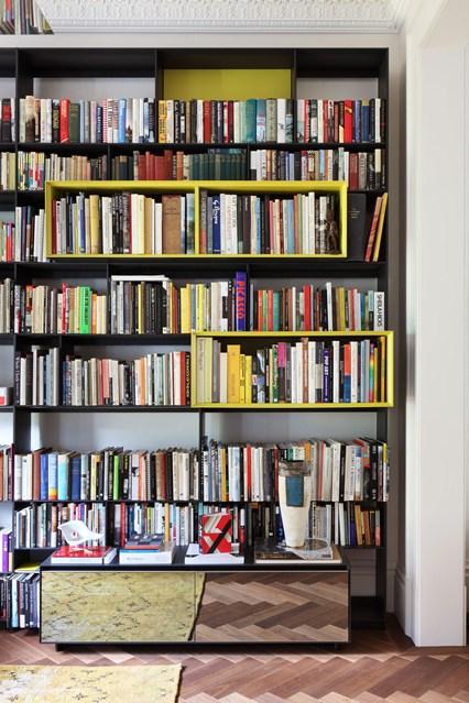 Черный стеллаж для книг с желтыми полками