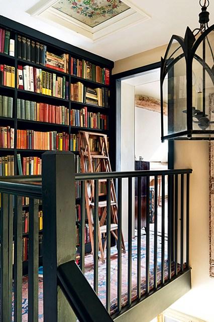 Стеллажи черного цвета для книг
