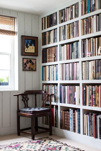 Стеллаж белого цвета для книг