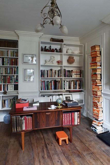 Белый стеллаж для книг