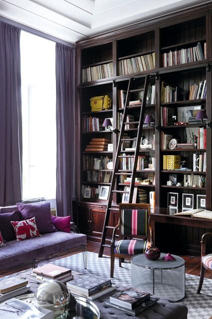 Лестница у стеллажа для книг