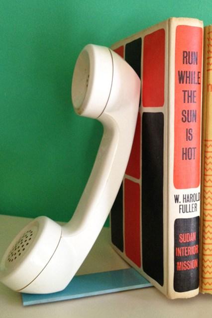 Держатель для книг в виде телефона