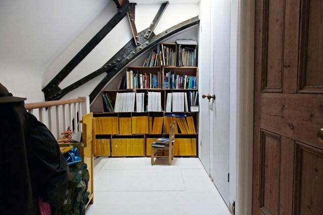 Маленькие полки для книг на чердаке