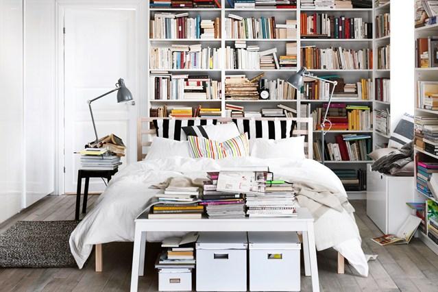 Белые стеллажи в спальне