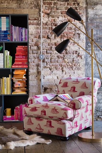 Черный стеллаж с книгами на фоне кирпичной стены