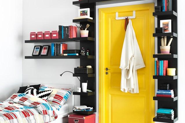 Полки для книг вокруг дверей