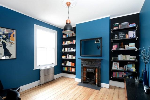 Встроенные полки для книг на фоне синих стен