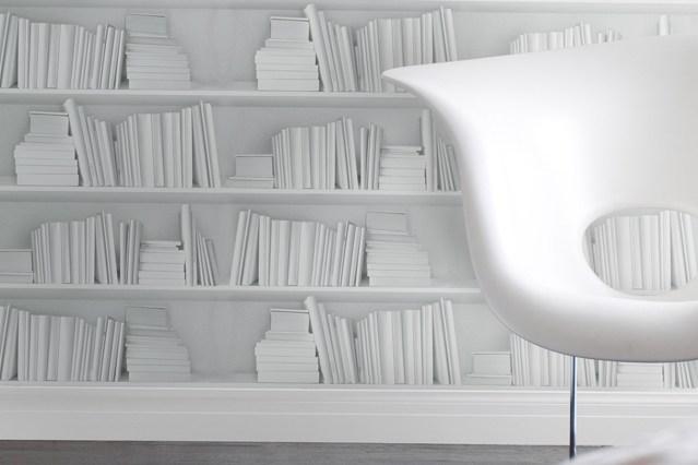 Белые книги на белых полках