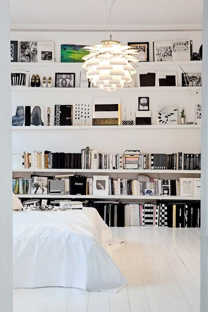 Белые полки на стене