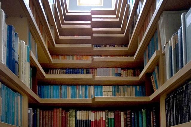 Деревянные полки в форме лестничного подъема