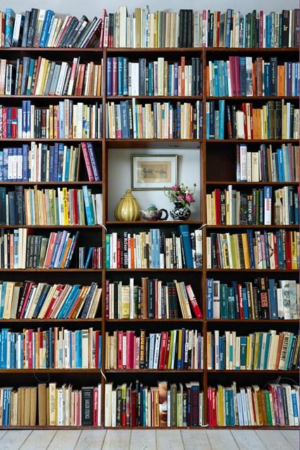 Стеллажи для книг в коричневом цвете