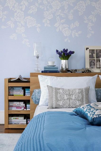 Полки с книгами за спальней