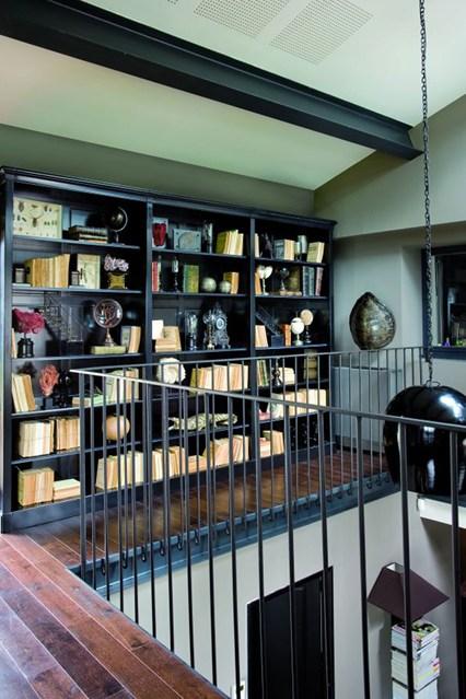 Черный стеллаж для книг на втором этаже
