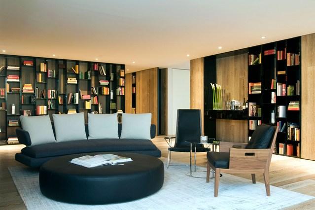 Черные стеллажи в интерьере с низкими потолками