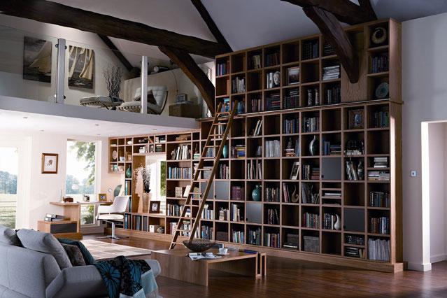 Высокий стеллаж для книг к потолку
