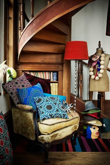 Полки для книг под лестницей