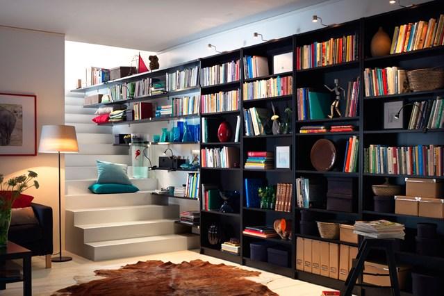 Черные стеллажи для книг у лестницы