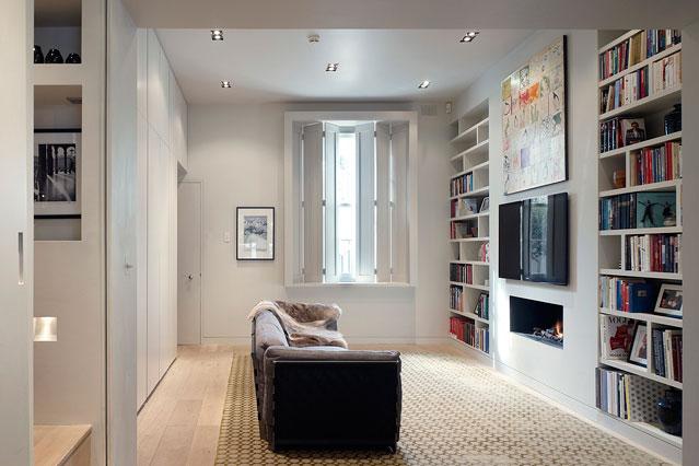 Белые встроенные полки для книг в гостиной