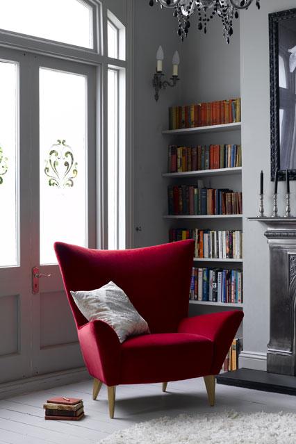 Встроенные полки для книг у окна