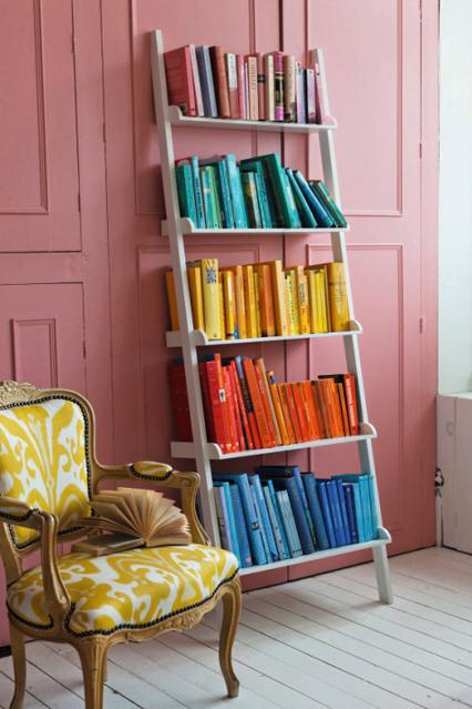 Белая этажерка для книг