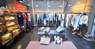 Интерьер с барельефами мебели в магазине женской одежды от компании Silvian Heach