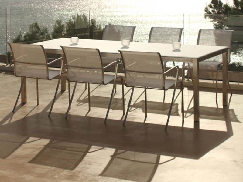 Прекрасный складной стол на фоне моря