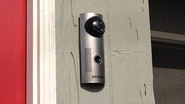 Серый видео домофон на дверях