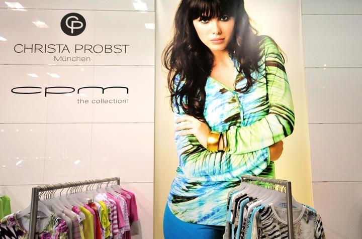 Реклама коллекции одежды на стене павильона на международной выставке