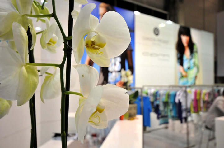 Цветы в интерьере павильона на международной выставке