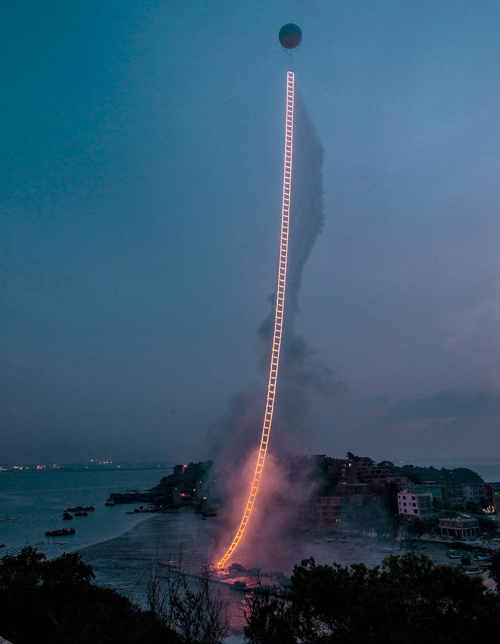 500-метровая лестница в небо от художника-пиротехника Цая Го-Цяна
