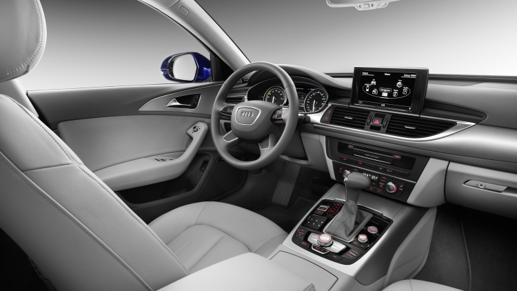 Салон серого цвета в автомобиле