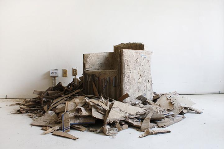 Разорванный картон у кресла Reborn Cardboard от Monocomplex