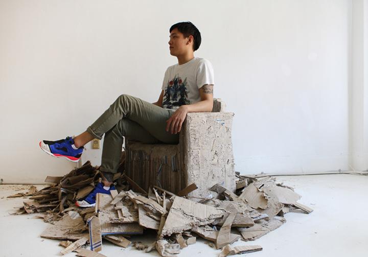 Мужчина на кресле Reborn Cardboard от Monocomplex