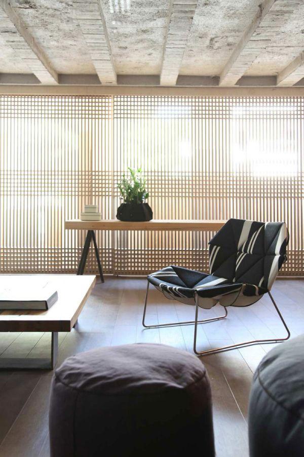 Необработанные потолочные брусья из дерева в гостиной
