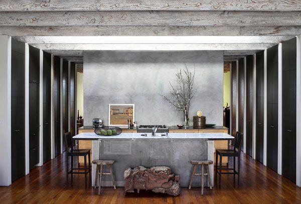 Красивые необработанные потолочные брусья из дерева в гостиной