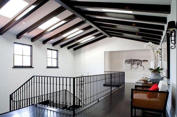 Глянцевые темные балки на белом потолке