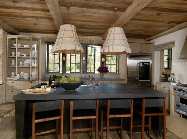 Кухня в деревенском стиле с деревянным потолком