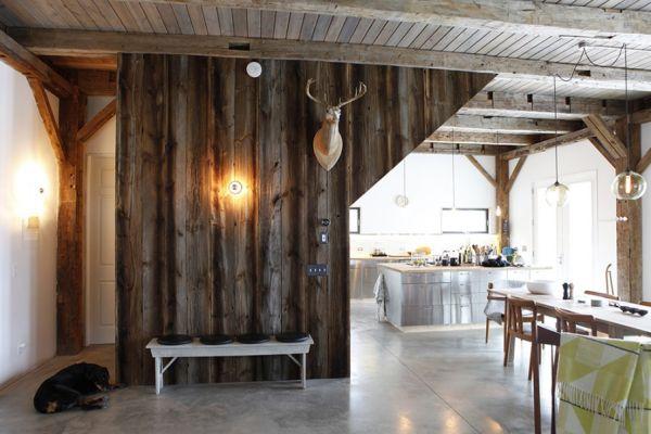 Необработанные потолочные брусья в кухне-столовой