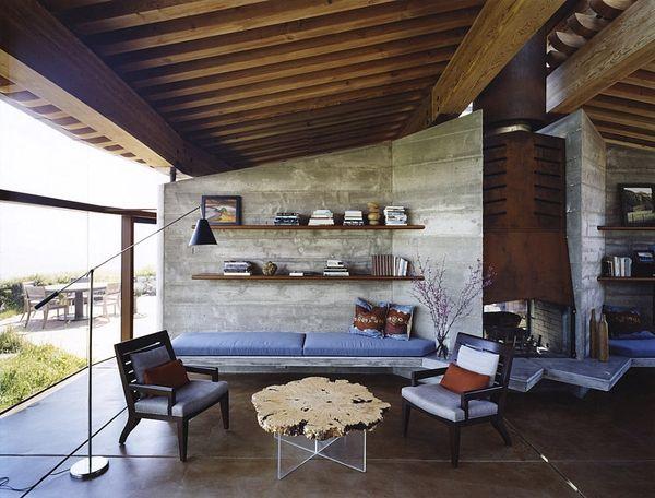 Веранда с деревянными потолочными балками