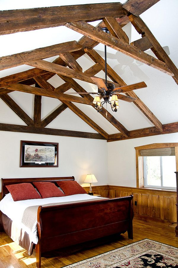 Деревянные балки на белом потолке в спальне
