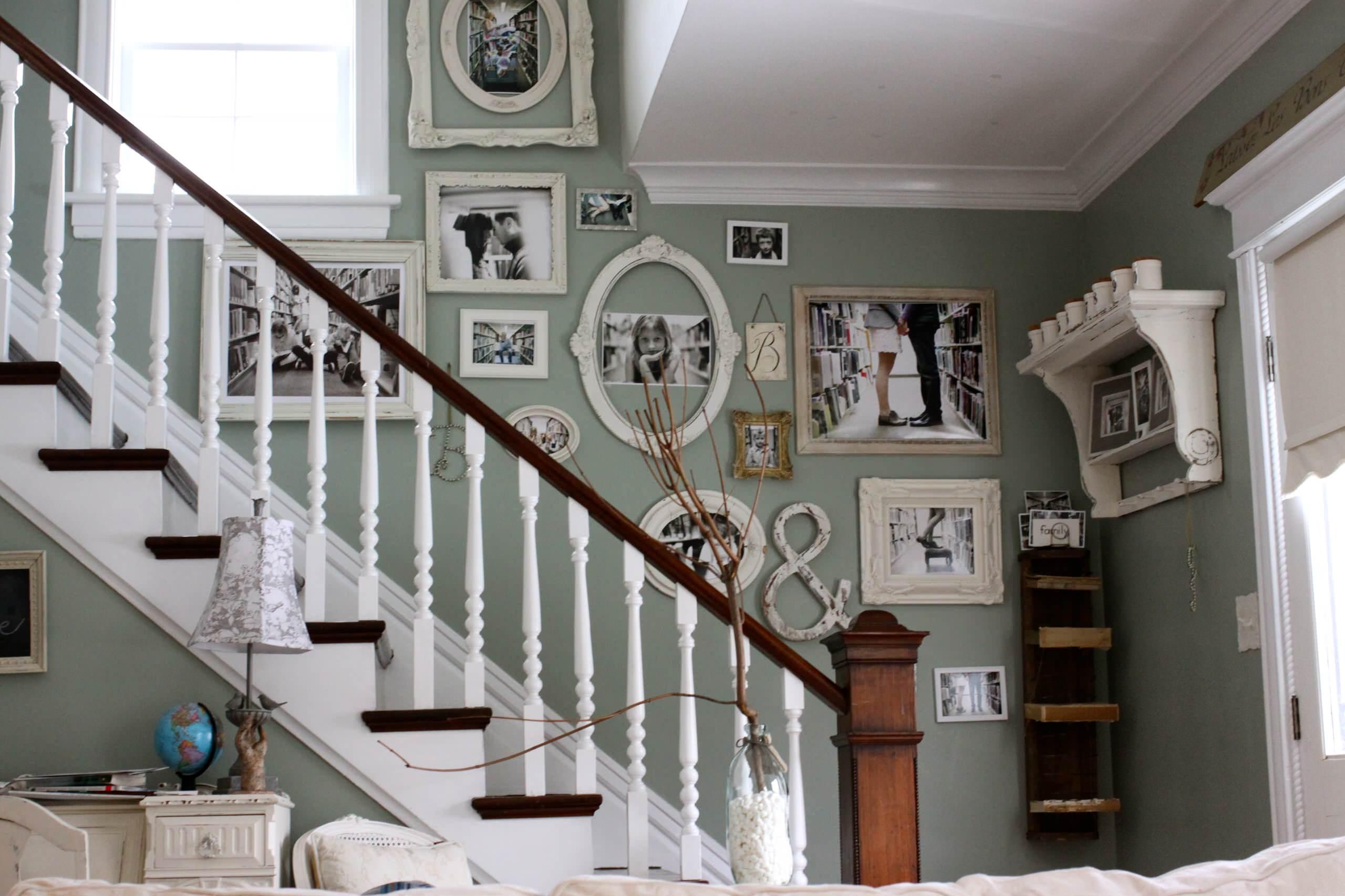 декор лестничного пролета в доме фото представляет собой ряд
