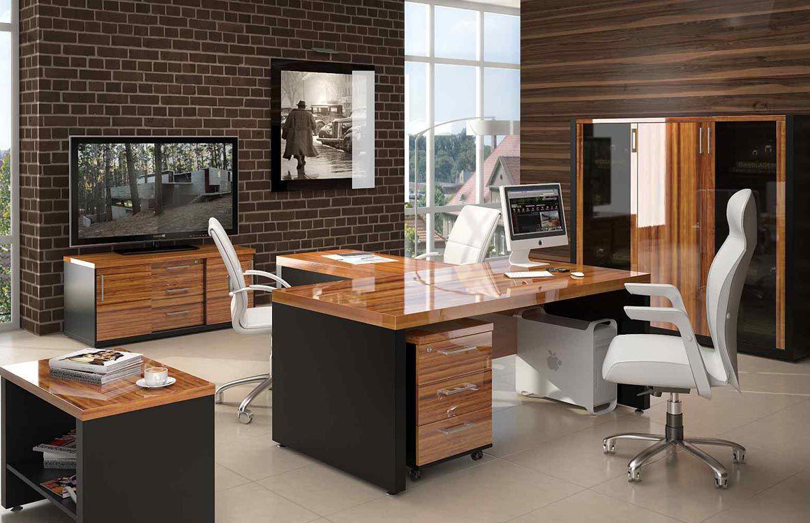 Акриловый деревянный стол в офисе
