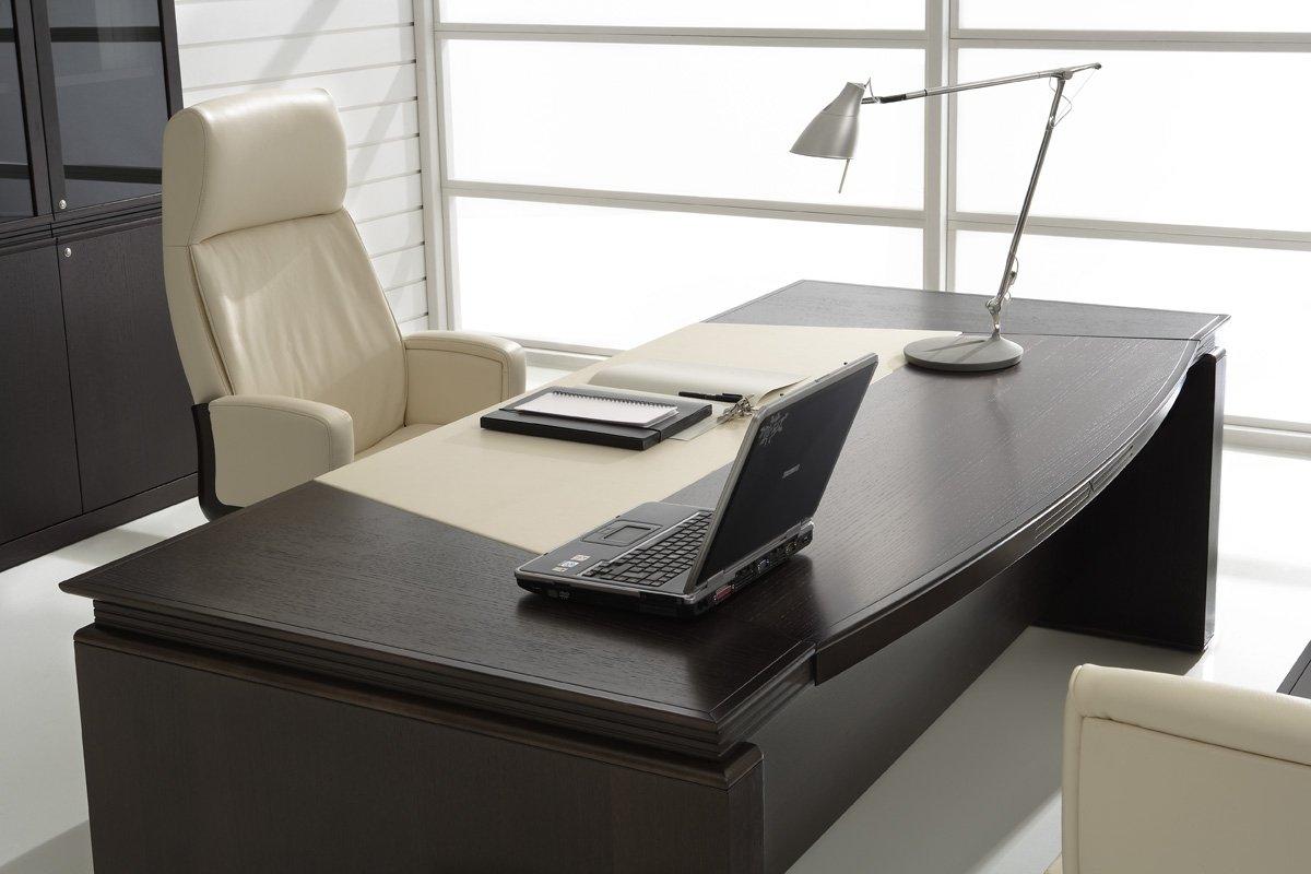 Черный дубовый рабочий стол в офисе