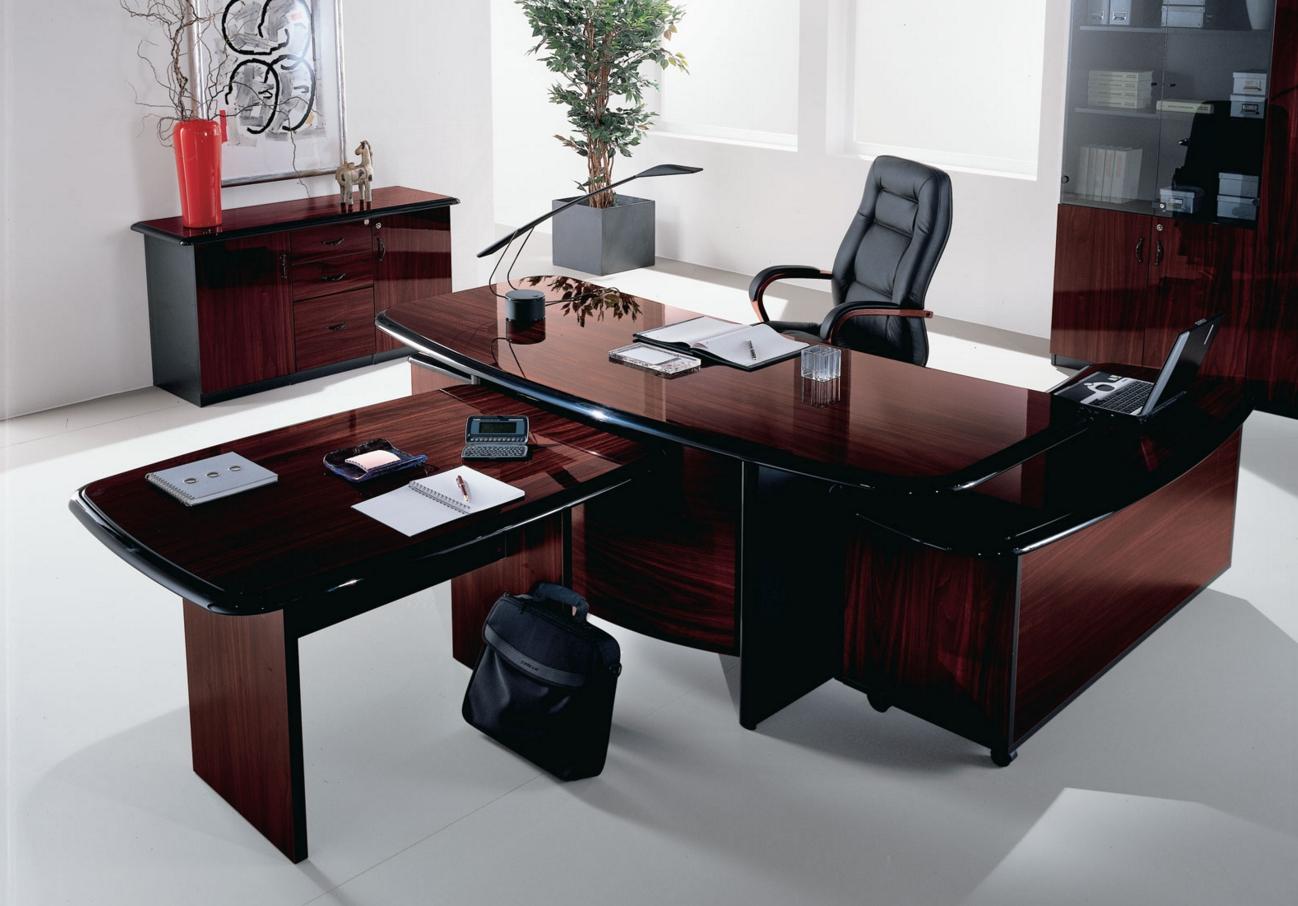 Акриловый рабочий стол в офисе