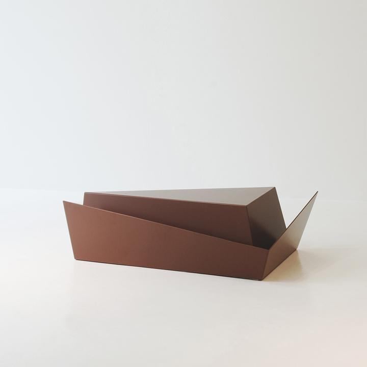 Металлический журнальный столик Gorge от Рамея Кеума