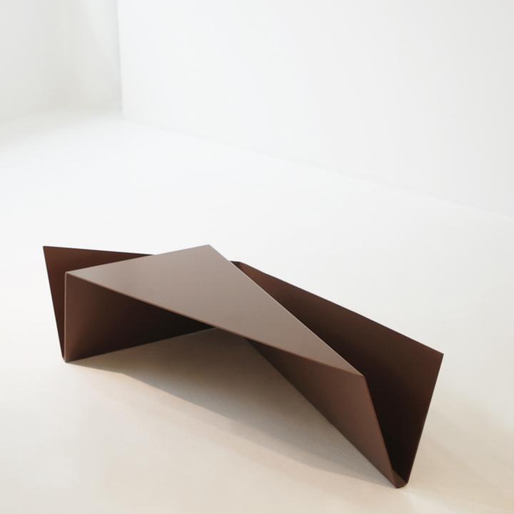 Журнальный столик Gorge от Рамея Кеума из металла