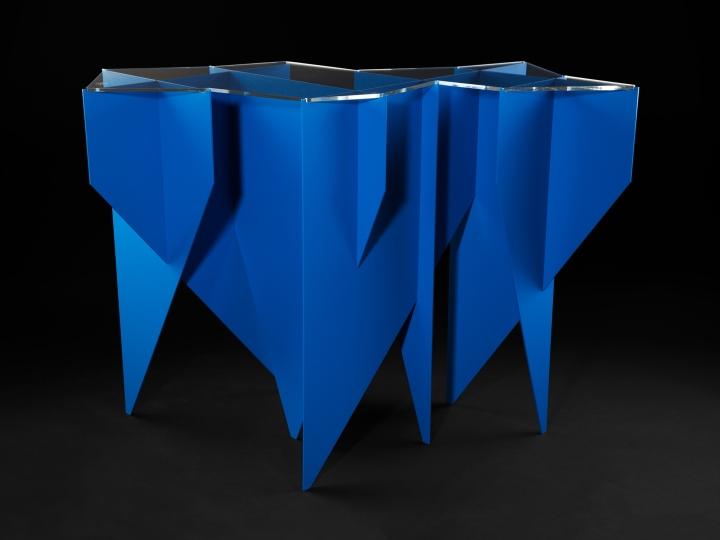Синяя мебель геометрической формы