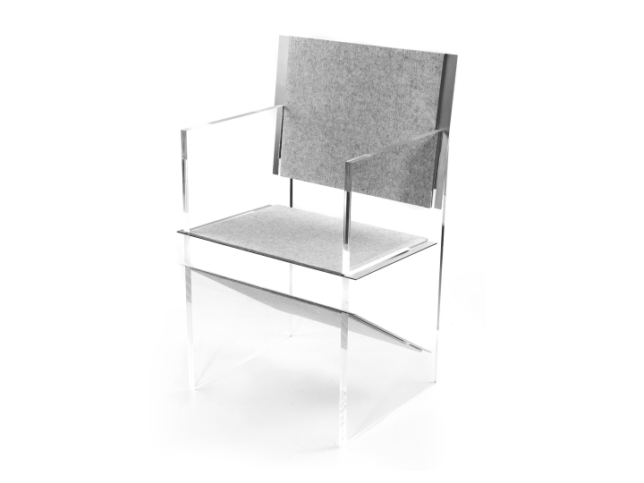 Стеклянные подлокотники у стула