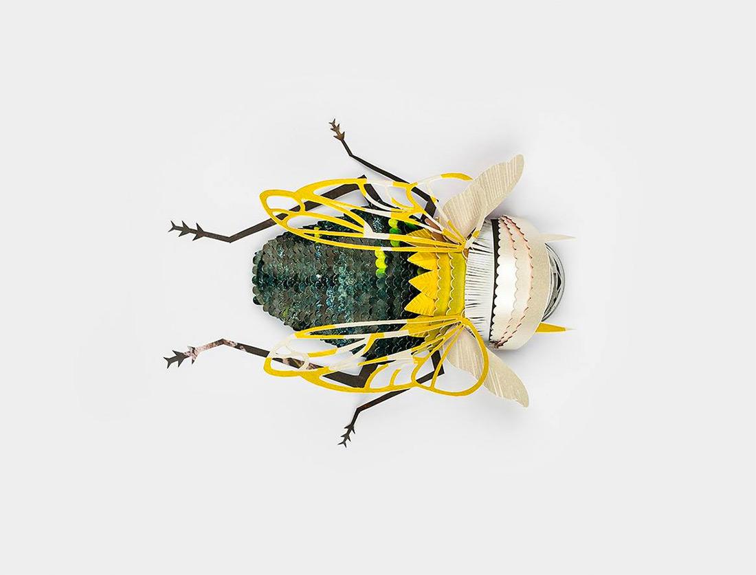 Зеленая муха из бумаги с желтыми крыльями
