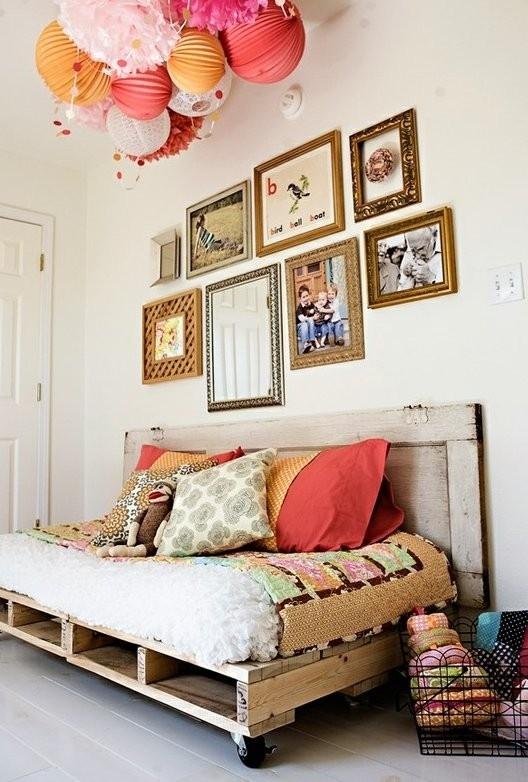 Самодельная кровать, изготовленная из деревянных поддонов